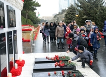 Azerbaijani pupils honor blessed memory of January 20 tragedy victims