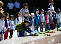 Azerbaijanis mark 95th birthday anniversary of National Leader  Heydar Aliyev